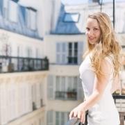 sexy blondína sa usmieva na balkóne