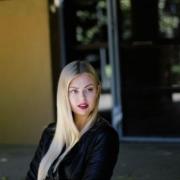 mladá dlhovlasá blondína na ulici