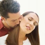 muž bozkáva žene zozadu krk