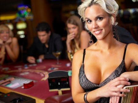 blondína s bujným poprsím v herni