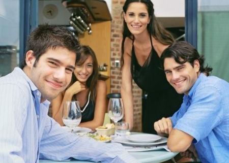 pár s párom na večeri