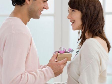 muž dáva darček žene