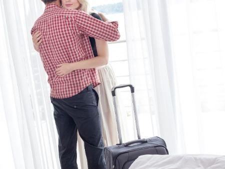 muž a žena v objatí v hoteli