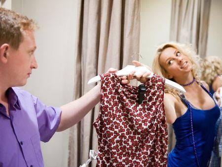 žena ťahá do skúšobnej kabíny muža aj šaty