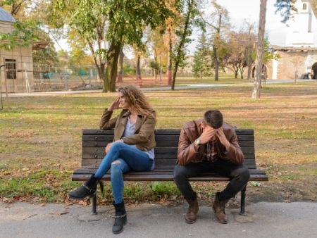 sklamaná dvojica na lavičke