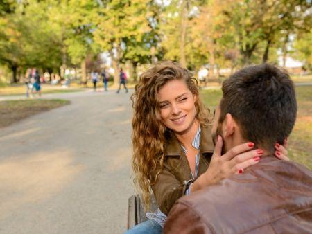 dvojica sa na seba usmieva v parku