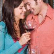 dvojica sa opiera čelom o seba a popíja víno