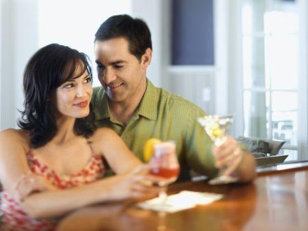 dvojica sedí pri vínku