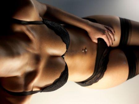 žena v čiernej erotickej bielizni