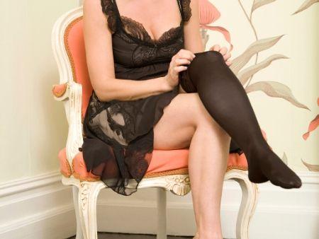 žena si oblieka erotický kostým