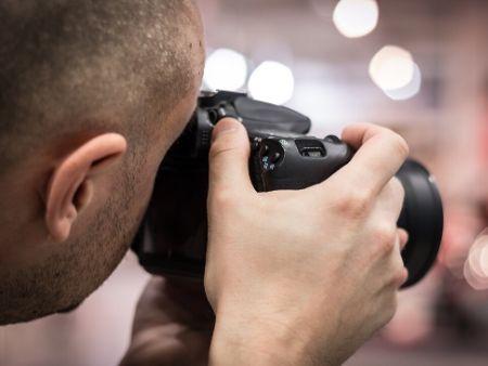 hlava muža s fotoaparátom odzadu