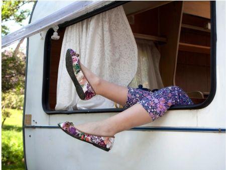 ženské nohy trčia z okna karavána