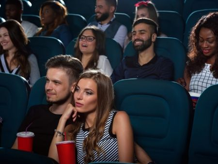 ľudia sedia v kine