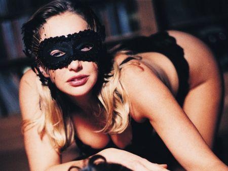žena v erotickom pradle a maskou na očiach