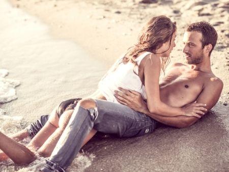 milenci ležia na pláži