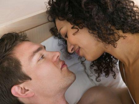muž a žena v posteli si pozerajú do očí
