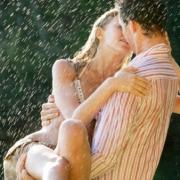 milovanie v daždi mladej rozvášnenej dvojice