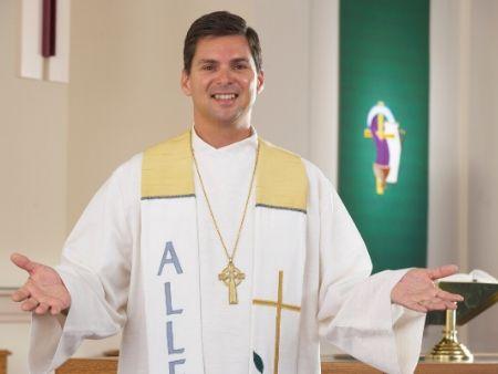 mladý kňaz sa usmieva