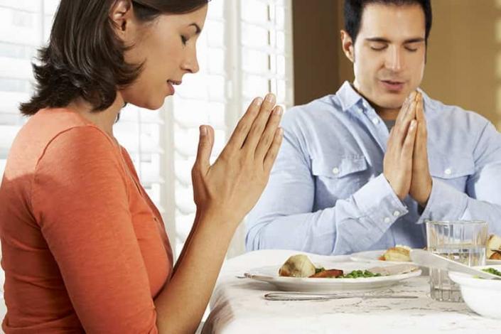 mladý pár pri modlitbe