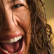 smejúca sa tvár ženy s mokrými vlasami
