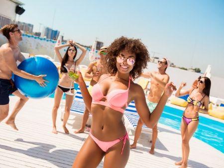 mulatka a iní ľudia v plavkách na pláži