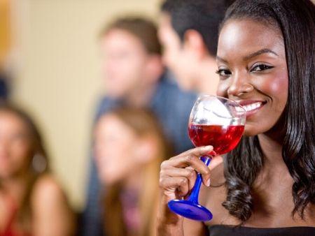 mulatka na večierku pije víno