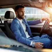 muž šoféruje auto