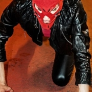 muž v latexovom pavúčom obleku