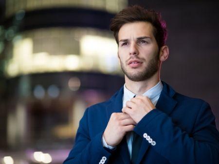 atraktívny muž v obleku