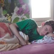 mladý muž spí