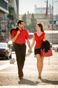muž a žena na prechádzke, v pozadí bratislavský hrad