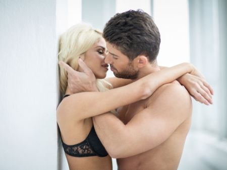 muž bozkáva ženu s chlpatými nohami