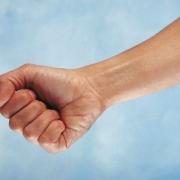 mužská ruka so zovretou päsťou