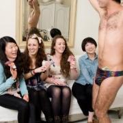 muž robí ženám striptíz a ony mu strkajú peniaze za slipy