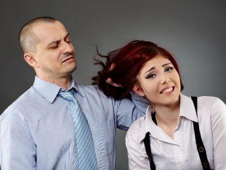 muž ťahá ženu za vlasy
