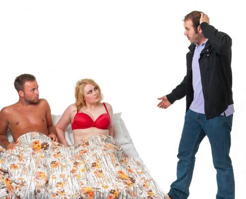 neverná žena v posteli prichytená manželom