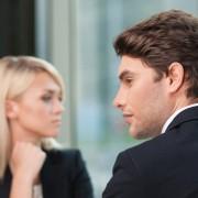 žena a muž na večeri bez záujmu o seba