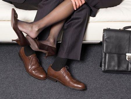 nohy páru, ktorý sa ide zvaliť na gauč