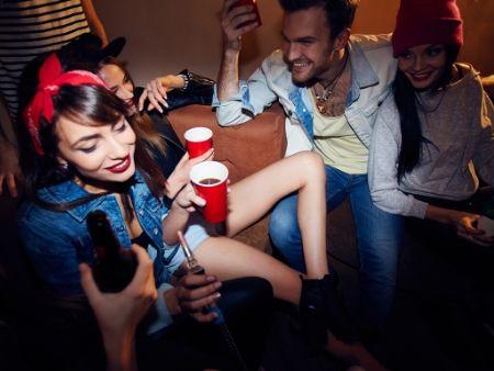 opití ľudia sa zabávajú na párty