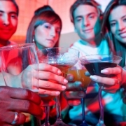 ľudia v bare oslavujú