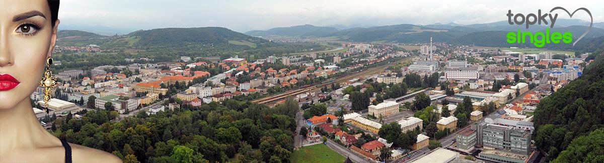 Panoráma Trenčína z hradu s výhľadom až za mesto