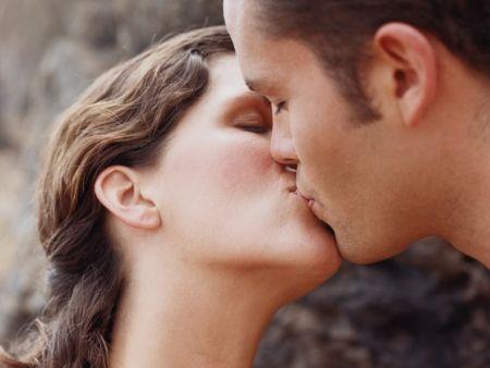 tváre muža a ženy, ktoré sa bozkávaju