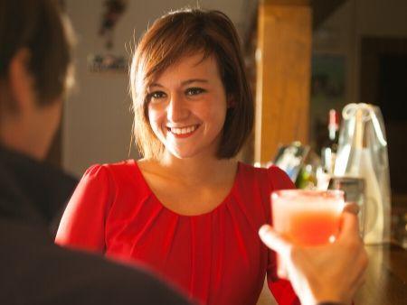 žena a muž pijú ovocnú šťavu