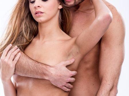 muž objíma ženu, ktorá sa ho dotýka chrbtom