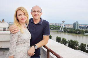 fotografia páru pri budove parlamentu s výhľadom na Dunaj a nábrežie