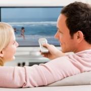 pár sleduje televíziu