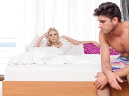 sklamaná dvojica na posteli
