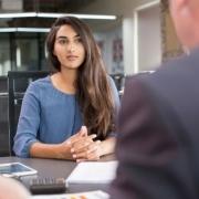 žena sedí na pracovnom pohovore