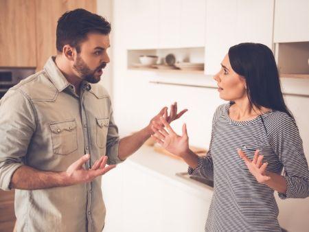 muž a žena sa hádajú, gestikulujú rukami