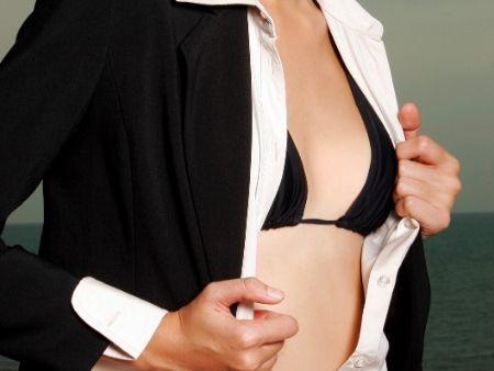 žena v podprsenke s rozopnutou blúzkou